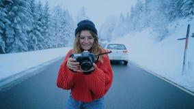 Het reis blogger influencer meisje maakt de foto'swinter stock videobeelden