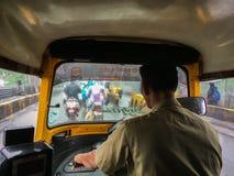 Het reizen in autoriksha in moesson naar maharashtra van Netivali Bailbazar Kalyan stock foto