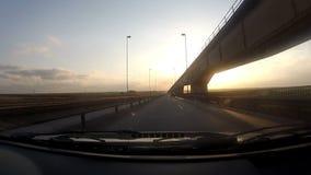 Het reizen binnen een auto in een lege weg stock video