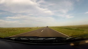 Het reizen binnen een auto in een lege weg stock footage