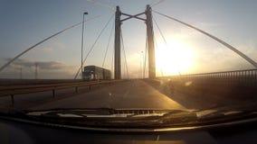 Het reizen binnen een auto in een lege weg door een brug stock footage