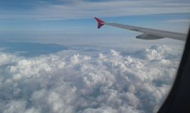 Het reizen boven een Laag Wolken royalty-vrije stock fotografie