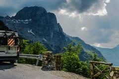 Het reizen in de bergen met kampeerauto en fietsen stock fotografie
