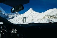 Het reizen door auto in de winterbergen royalty-vrije stock foto