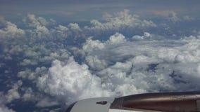 Het reizen door de lucht Het gezoem van turbinevliegtuig haalt tijdens de vlucht met schoonheidshemel over stock video
