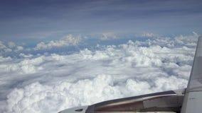Het reizen door de lucht Turbine en vliegtuig de vleugel haalt tijdens de vlucht met schoonheidshemel over stock video