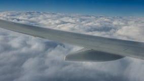 Het reizen door de lucht De vleugel van het vliegtuig tijdens de vlucht Mooie hemel en prachtige wolken royalty-vrije stock afbeelding