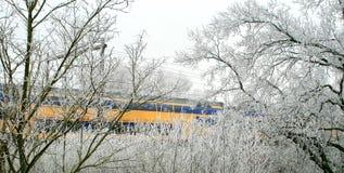 Het reizen door een winters landschap stock fotografie