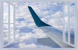 Het reizen door vliegtuig - conceptenbeeld met een geopend venster op cl royalty-vrije stock foto's