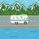Het reizen in een recreatief voertuig op een bergweg Stock Afbeeldingen