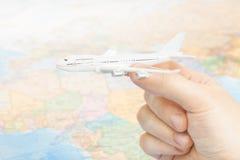 Het reizen, het toerisme, de mededelingen en alle dingen brachten - studio van stuk speelgoed aircarft ter beschikking met wereld royalty-vrije stock foto's