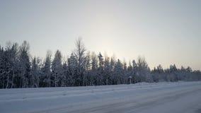 Het reizen langs de sneeuwweg in Scandinavië stock video