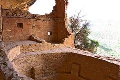 Het reizen Mesa Verde Lodge hoogte omhoog op een clif stock afbeelding