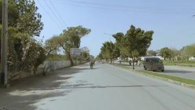 Het reizen op de weg van de fridpoort Bahawalpur Pakistan stock video