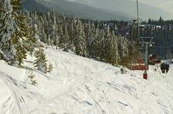 Het reizen op een skilift Het van brandstof voorzien van de benzinepomp stock afbeeldingen
