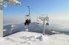 Het reizen op een skilift Het van brandstof voorzien van de benzinepomp stock fotografie