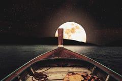 Het reizen op houten boot bij nacht met volle maan en sterren op hemel toneelpanorama met volle maan op overzees bij nacht, uitst Royalty-vrije Stock Fotografie