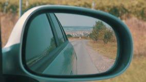 Het reizen op Weg in Auto die de Achteruitkijkspiegel bekijken stock videobeelden
