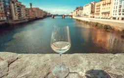 Het reizen rond Italië met wijnglas Oude gebouwen van Florence met rivier en cityscape in Italië royalty-vrije stock foto's
