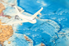 Het reizen, toerisme en al dingen verwante reeks - vliegtuig over wereldkaart Gefiltreerd beeld: kruis verwerkt uitstekend effect stock fotografie