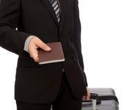 het reizen trekkend koffer en het houden van paspoort Royalty-vrije Stock Foto