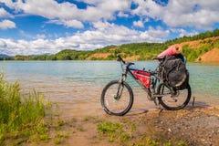 Het reizen van fiets op de meerkust Stock Foto
