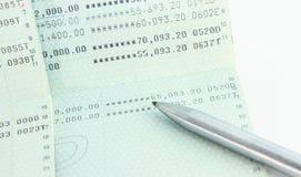 Het rekeningsbankboekje met een pen isoleert Stock Foto