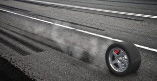 Het remmende wiel van de noodsituatie met rook op de weg Stock Foto