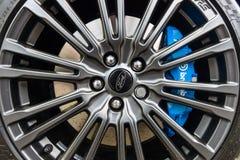 Het remsysteem en het wiel van compacte auto Ford Focus RS ( derde generation) , close-up Royalty-vrije Stock Afbeeldingen