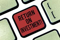 Het Rendement van de handschrifttekst van Investering Concept het betekenen meet de aanwinst of het verlies dat op een sleutel va royalty-vrije stock fotografie