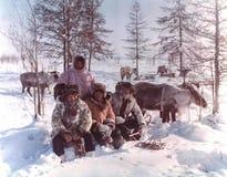 Het rendierherders van familiechukchi De volkeren van het verre noorden van Rusland royalty-vrije stock fotografie