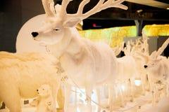 Het het rendierstandbeeld en licht verfraaien mooie Kerstboomviering Royalty-vrije Stock Foto