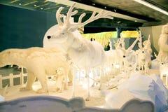 Het het rendierstandbeeld en licht verfraaien mooie Kerstboomviering Stock Foto's