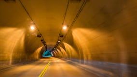 Het rennen door de tunnel op een twee steegweg Stock Foto