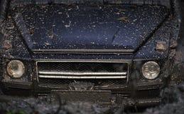 Het rennen op off-road auto's Lichten en bonnet met modder worden behandeld die Een geplakte deel van auto stock foto