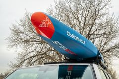 Het rennen paddleboard op dak van Toyota 4Runner SUV Stock Afbeeldingen