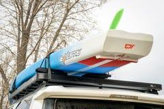 Het rennen paddleboard op dak van Toyota 4Runner SUV Royalty-vrije Stock Foto's