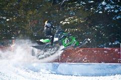 Het rennen van de sneeuwscooter Stock Afbeeldingen