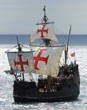 Het replica ot schip Santa Maria gaat de haven van Funchal over Stock Foto