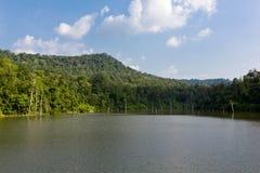 Het reservoir met blauwe hemel, wolken, berg en bomen stock afbeeldingen