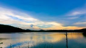 Het reservoir met zonsondergang en berg stock foto