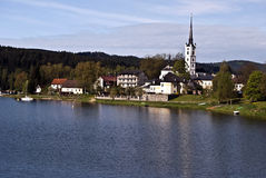 Het reservoir van het Lipnowater en Frymburk-dorp met kerk royalty-vrije stock foto