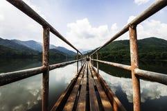 Het reservoir ziet hemel stock fotografie