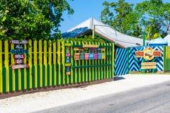 Het restaurant en de rum van de duwkar versperren op de klippen van het Westenbeëindigen Negril, Jamaïca stock foto's