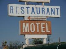 Het restaurant en het motel voorzien van wegwijzers stock afbeeldingen