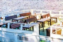 Het restaurant op het jacht, lijsten goed bij de bovenkant van het schip, rust op zee, maaltijd op de cruise royalty-vrije stock foto's