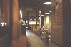 Het restaurant van de onduidelijk beeldkoffie op binnen, gebruik voor achtergrond moderne koffie met lijsten, stoelen, royalty-vrije stock foto's