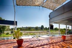 Het restaurant van de zomeroutdor op de rivierbank Stock Afbeeldingen