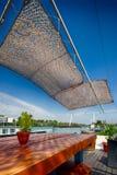 Het restaurant van de zomeroutdor op de rivierbank Royalty-vrije Stock Foto's