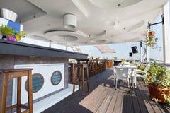 Het restaurant van de zomeroutdor op de rivierbank Royalty-vrije Stock Afbeelding
